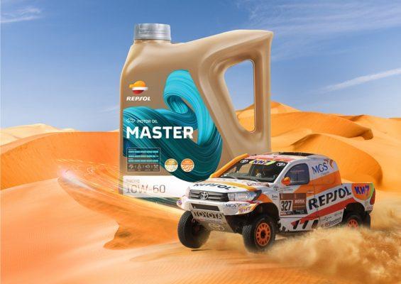 Un coche de Repsol en el desierto, al lado de un envase de lubricante